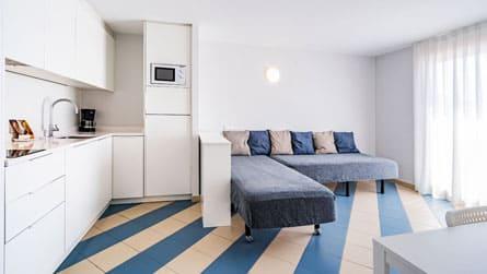 3-apartamentos-superior-sitges-salon.jpg